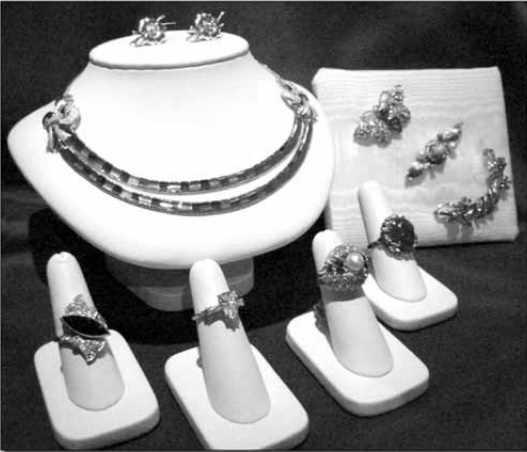 Assortiment de bijoux représentatifs des années 1940 et 1950. (Collection La Boîte à Bijoux)