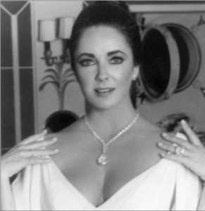 Elizabeth Taylor, lors d'une réception chez Grace de Monaco, portant ses deux plus gros diamants : le collier est décoré du diamant Taylor-Burton pesant 69,42 carats, taille poire, acheté 1 100 000$ par Richard Burton; la bague est sertie du diamant Krupp pesant 33,19 carats, taille émeraude, acheté, en 1968, pour 305 000$, Ce dernier tient son nom de Véra Krupp, ancienne épouse du trop célèbre marchand de canons allemand (Archives de l'auteure).