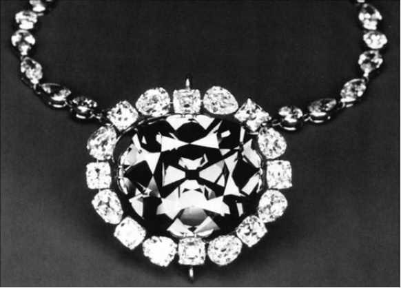 Le diamant Hope est actuellement serti dans une monture dessinée par Pierre Cartier, en 1910. Il est entouré par seize diamants, de taille poire et de taille coussin, et suspendu à une chaîne décorée de 45 diamants. (Archives de l'auteure).