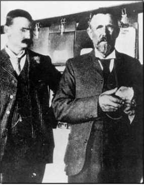 Le Cullinan, présenté le jour de sa découverte par le directeur de la mine Premier, William McHardy. À gauche, Thomas Cullinan, président de la société d'exploitation de cette mine. (Archives de l'auteure).